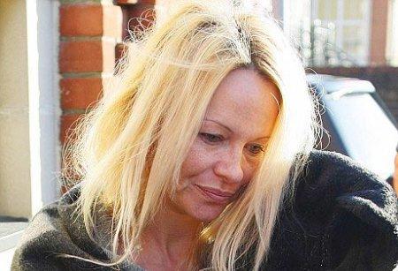 Pamela Anderson pa tualet