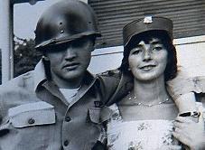 Elvis Presley me helmetë në ushtri