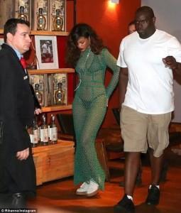 Rihanna tregon të brendshmet