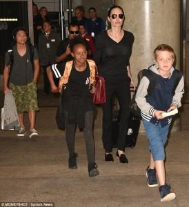 Angelina Jolie i bartë vetë valixhet