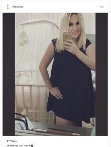 Atë e ndajnë vetëm pak ditë nga sjellja në jetë e djalit të saj, e mesa duket Vesa Luma vërtetë është e paduruar për këtë moment. Ajo ka publikuar një foto në Instagram ku shfaqet në ditët e fundit të shtatzënisë, ndërkohë që duket më e hijshme se kurrë. Gjithashtu edhe bashkëshorti i saj reperi Big Basta është i paduruar për të patur në duar vogëlushin e tyre.
