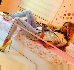 Adelina Tahiri shfaq këmbët seksi