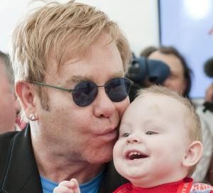 Elton kërkon të adoptoje një fëmijë