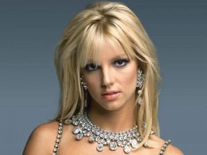 Britney Spears blenë një papagall
