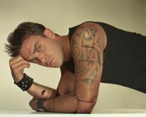 Robbie Williams shfaqet i gjakosur në rrjetet sociale