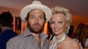 Pamela Anderson shet martesën e saj
