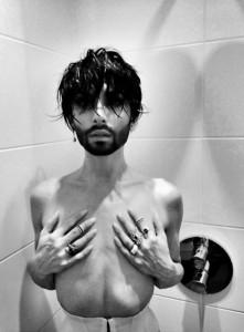 Conchita Wurst zhvishet nudo!