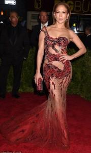 """Jennifer Lopez shkëlqenë në """"Met Gala"""""""