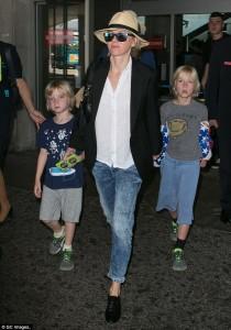 Naomi Watts vizitë familjare në Kanë