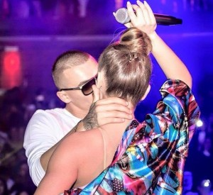 Cozman e puthë në skenë Tunën