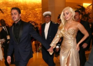 Lady Gaga, një nuse me 30 fustane