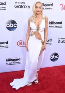 Rita Ora ekzagjeron pak me veshje