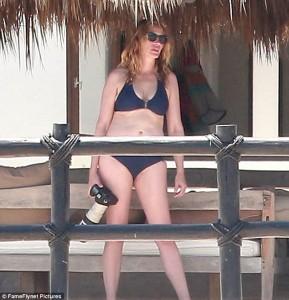 Julia Roberts tregon trupin perfekte në plazh