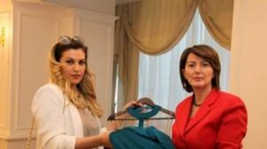 """Edhe Leonora dhuron fustan për fushatën """"Mendoj për ty"""""""