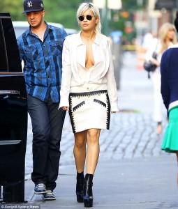 Rita Ora tregon gjoksin!
