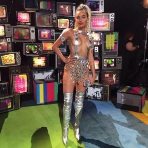 Veshjet e 'çmendura' të Miley Cyrus gjatë mbrëmjes së MTV VMA