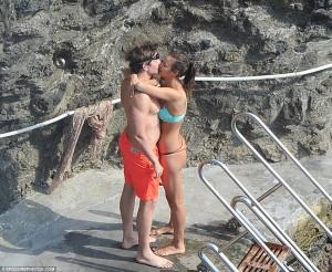 Irina Shayk po e tepron me të dashurin në plazh