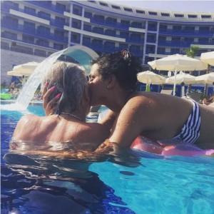 Kënd po e puth Morena Taraku?