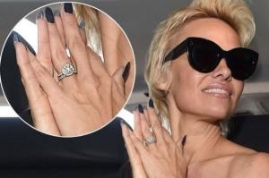 Pamela Anderson nxjerr në ankand unazën e fejesës