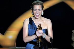 Kate Winslet e mban Oscarin në tualet