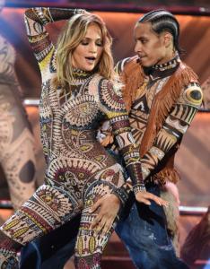 Ja veshjet mahnitëse të Jennifer Lopez në AMA 2015