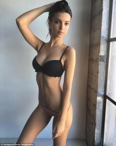Emily Ratajkowski me poza seksi
