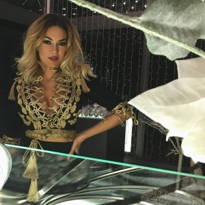 Elvana Gjata provokon me veshje tradicionale shqiptare