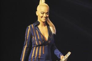 Rita Ora del në skenë pa reçipeta