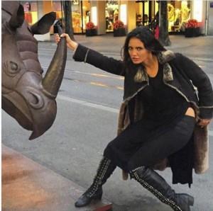 Genta Ismajli 'përleshet' me një Rinoqeront