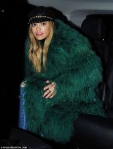 Rita Ora kritikohet për dukjen