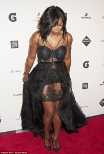 Serena Williams tregon muskujt me një fustan transparent