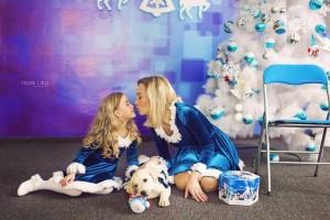Nënë e bijë shkëlqejnë në fotosesionin e vitit të ri