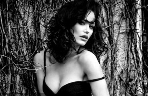 Albana Osmani pozon 'topless'