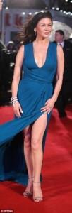 """Të gjithë sytë ishin mbi Catherine Zeta-Jones teksa ajo ecte në tapetin e kuq në premieren botërore të """"Ushtrisë së babait në Londër"""".  Ajo ka shkëlqyer me një fustan blu të guximshëm q zbulonte shumë nga shalët e saj. Magjepsëse dhe e bukur si gjithmonë dukej aktorja mes pensionistëve me fat."""