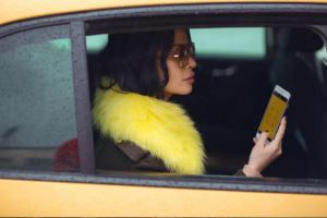 Jonida Maliqi në taksi