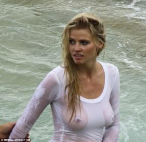 Lara Stone është një nga emrat më të kërkuar në internet këto dy ditë.  Supermodelja ka mbërritur në Sidnej, ku po realizon një foto-set për Vogue. 32-vjeçarja u zhyt në ujë, duke ekspozuar më shumë se ç'duhet.