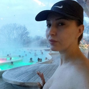 Teuta Selimi pozon topless
