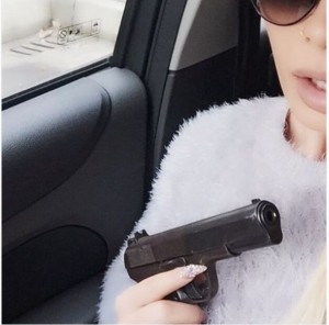 Xhesika Ndoj na thotë mirëmëngjes me pistoletë në dorë
