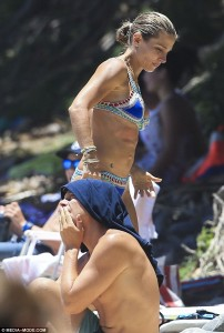 Elsa Pastaky tregon trupin seksi në plazh