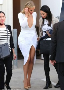 Khloe Kardashian tërheqë vëmendjen me të bardha