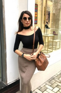 Armina Mevlani me stilin e të nëntëdhjetave