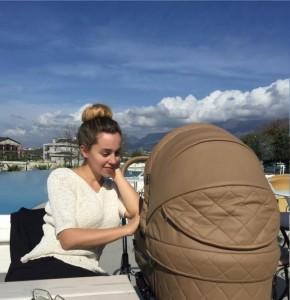 Miriam Cani dhe Ameli shijojnё diellin e Tiranёs