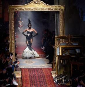 Moschino sjell fustane të jashtëzakonshëm në Milano