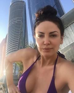 Bleona Qereti relaksohet në Dubai, publikon foto pa makeup