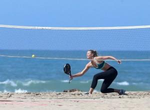 Maria Sharapova relaksohet në plazh