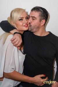 Meda i dhuron puthje pasionante bashkëshortes