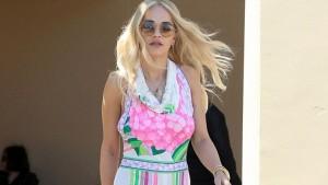 Rita Ora e bën rrugën sfilatë