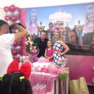Tara festoi ditëlindjen me të dy prindërit