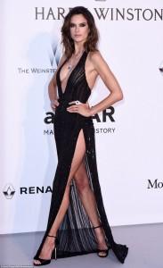Alessandra Ambrosio shkëlqen në Galanë amfAR