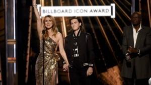 Celine Dion qanë në skenë